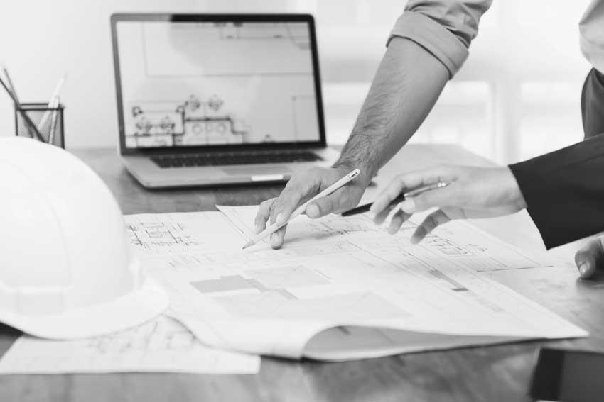 Planer beraten an Zeichnung, ob sie eine Bedarfsposition ins LV aufnehmen